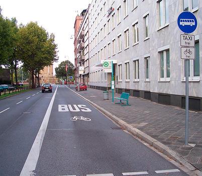Federação de Táxis contra motos e bicicletas nas faixas BUS